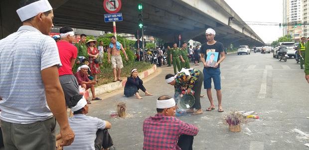Hà Nội: Gia đình nạn nhân tử vong vì tai nạn giao thông cách đây 1 năm mang di ảnh, đeo tang ra giữa đường ngồi - Ảnh 7.