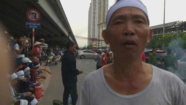 Hà Nội: Gia đình nạn nhân tử vong vì tai nạn giao thông cách đây 1 năm mang di ảnh, đeo tang ra giữa đường ngồi - Ảnh 8.