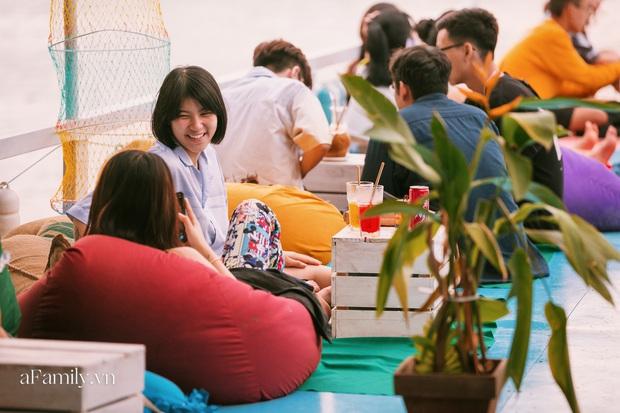 """Siêu hot quán cà phê nổi trên sông Sài Gòn, view đón hoàng hôn hay ngắm cảnh đêm đáng giá """"bạc triệu"""" nhưng chi phí thực chất lại hợp lý đến bất ngờ - Ảnh 6."""