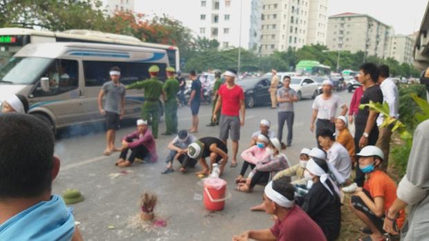 Hà Nội: Gia đình nạn nhân tử vong vì tai nạn giao thông cách đây 1 năm mang di ảnh, đeo tang ra giữa đường ngồi - Ảnh 9.