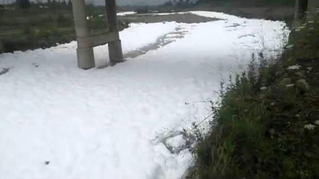 Cả dòng sông bỗng trở nên trắng xóa, bọt tuyết ngập tràn bề mặt, biết nguyên nhân mới thấy tác hại vô cùng đáng sợ - Ảnh 1.