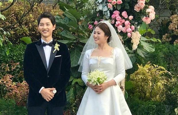 """Kim Soo Hyun 1m80 vẫn bị loạt bạn diễn nữ """"sỉ nhục"""" chiều cao tàn nhẫn: Biểu cảm nói lên tất cả, Seo Ye Ji xách dép Jeon Ji Hyun - Ảnh 1."""