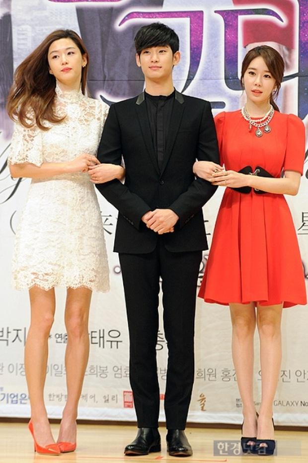 """Kim Soo Hyun 1m80 vẫn bị loạt bạn diễn nữ """"sỉ nhục"""" chiều cao tàn nhẫn: Biểu cảm nói lên tất cả, Seo Ye Ji xách dép Jeon Ji Hyun - Ảnh 4."""