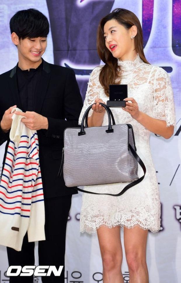"""Kim Soo Hyun 1m80 vẫn bị loạt bạn diễn nữ """"sỉ nhục"""" chiều cao tàn nhẫn: Biểu cảm nói lên tất cả, Seo Ye Ji xách dép Jeon Ji Hyun - Ảnh 5."""