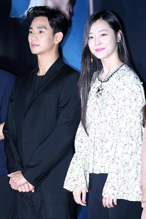 """Kim Soo Hyun 1m80 vẫn bị loạt bạn diễn nữ """"sỉ nhục"""" chiều cao tàn nhẫn: Biểu cảm nói lên tất cả, Seo Ye Ji xách dép Jeon Ji Hyun - Ảnh 12."""