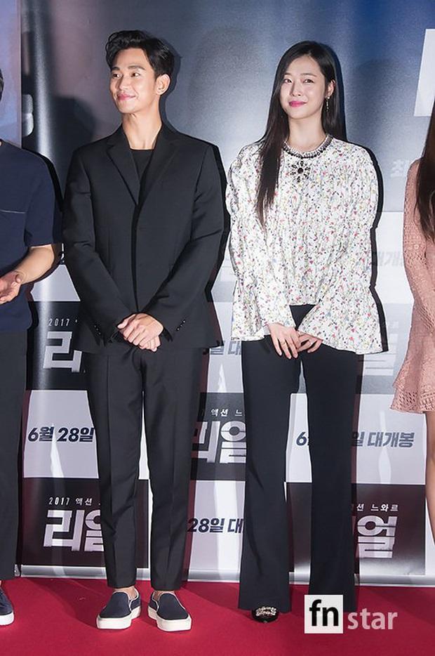 """Kim Soo Hyun 1m80 vẫn bị loạt bạn diễn nữ """"sỉ nhục"""" chiều cao tàn nhẫn: Biểu cảm nói lên tất cả, Seo Ye Ji xách dép Jeon Ji Hyun - Ảnh 13."""