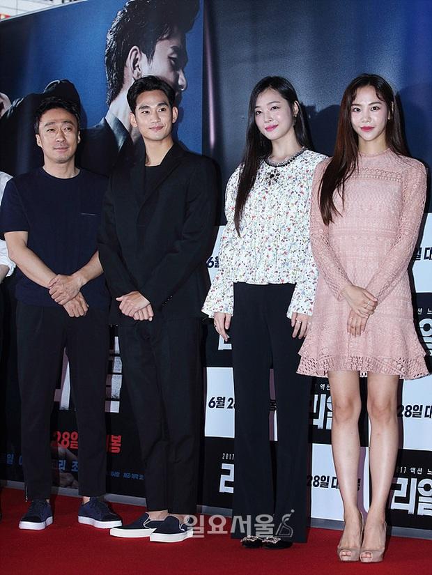 """Kim Soo Hyun 1m80 vẫn bị loạt bạn diễn nữ """"sỉ nhục"""" chiều cao tàn nhẫn: Biểu cảm nói lên tất cả, Seo Ye Ji xách dép Jeon Ji Hyun - Ảnh 14."""