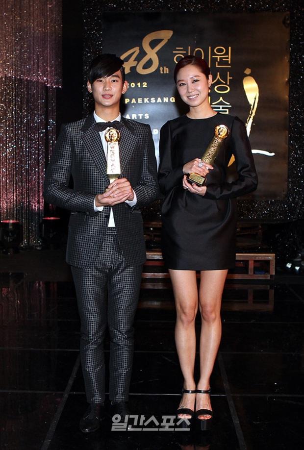 """Kim Soo Hyun 1m80 vẫn bị loạt bạn diễn nữ """"sỉ nhục"""" chiều cao tàn nhẫn: Biểu cảm nói lên tất cả, Seo Ye Ji xách dép Jeon Ji Hyun - Ảnh 16."""