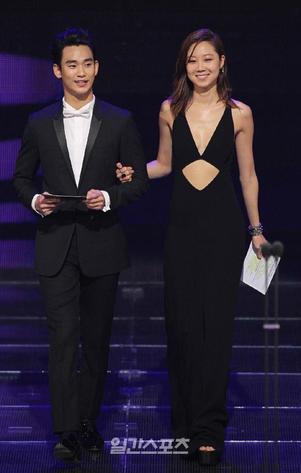 """Kim Soo Hyun 1m80 vẫn bị loạt bạn diễn nữ """"sỉ nhục"""" chiều cao tàn nhẫn: Biểu cảm nói lên tất cả, Seo Ye Ji xách dép Jeon Ji Hyun - Ảnh 19."""