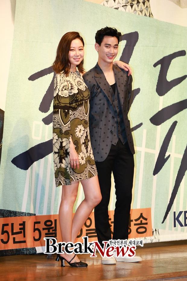 """Kim Soo Hyun 1m80 vẫn bị loạt bạn diễn nữ """"sỉ nhục"""" chiều cao tàn nhẫn: Biểu cảm nói lên tất cả, Seo Ye Ji xách dép Jeon Ji Hyun - Ảnh 17."""