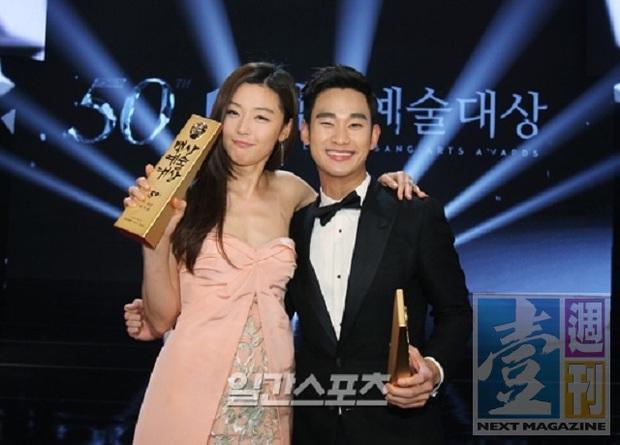 """Kim Soo Hyun 1m80 vẫn bị loạt bạn diễn nữ """"sỉ nhục"""" chiều cao tàn nhẫn: Biểu cảm nói lên tất cả, Seo Ye Ji xách dép Jeon Ji Hyun - Ảnh 9."""