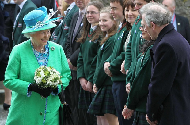 Sau phát ngôn động chạm bà nội của Harry, dân tình đào lại phản ứng của Nữ hoàng khi nghe tin vợ chồng cháu trai rời gia tộc - Ảnh 2.