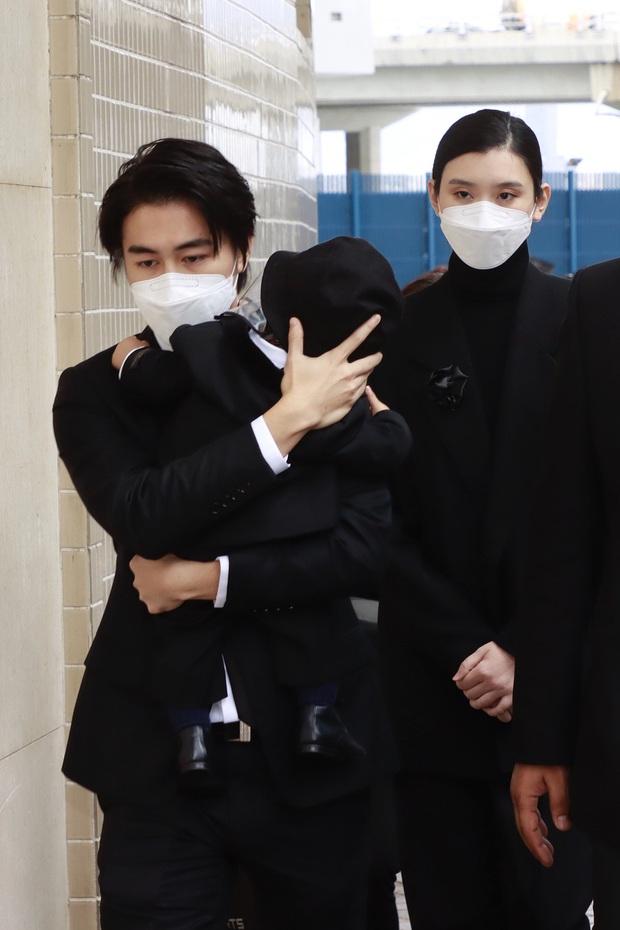 Tang lễ trùm sòng bạc Macau ngày cuối cùng: Chồng Ming Xi ôm chặt quý tử, tiểu thư Hà Siêu Liên nắm tay Đậu Kiêu không rời - Ảnh 2.