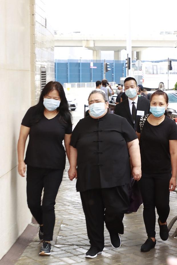 Tang lễ trùm sòng bạc Macau ngày cuối cùng: Chồng Ming Xi ôm chặt quý tử, tiểu thư Hà Siêu Liên nắm tay Đậu Kiêu không rời - Ảnh 7.