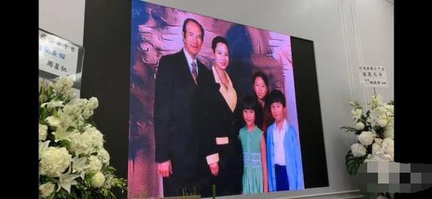 Diễn biến tang lễ trùm sòng bạc Macau: Vợ con khóc nức nở, bà Hai ngã bệnh nặng, ảnh hiếm của đại gia tộc được trình chiếu - Ảnh 4.