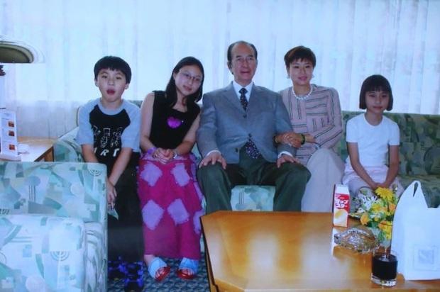 Diễn biến tang lễ trùm sòng bạc Macau: Vợ con khóc nức nở, bà Hai ngã bệnh nặng, ảnh hiếm của đại gia tộc được trình chiếu - Ảnh 7.