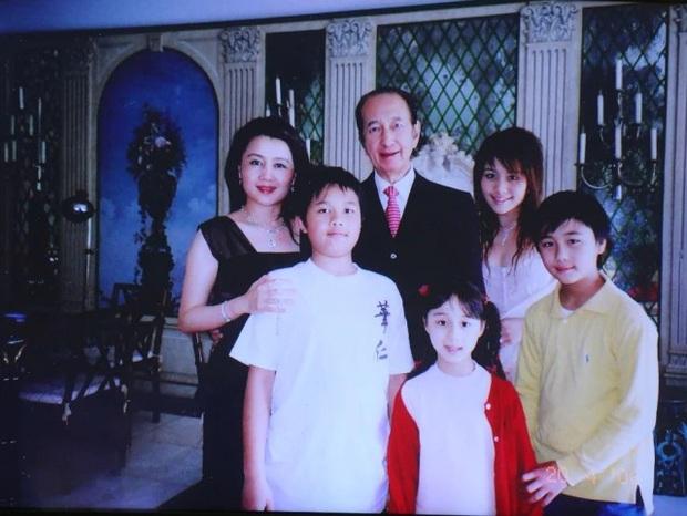 Diễn biến tang lễ trùm sòng bạc Macau: Vợ con khóc nức nở, bà Hai ngã bệnh nặng, ảnh hiếm của đại gia tộc được trình chiếu - Ảnh 9.