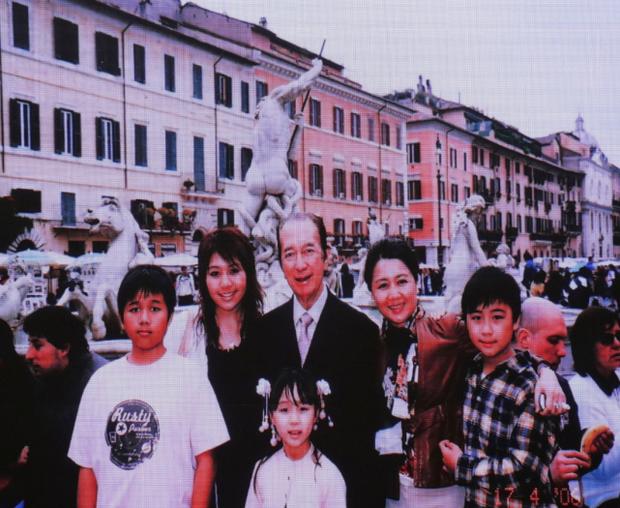 Diễn biến tang lễ trùm sòng bạc Macau: Vợ con khóc nức nở, bà Hai ngã bệnh nặng, ảnh hiếm của đại gia tộc được trình chiếu - Ảnh 10.