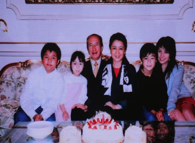 Diễn biến tang lễ trùm sòng bạc Macau: Vợ con khóc nức nở, bà Hai ngã bệnh nặng, ảnh hiếm của đại gia tộc được trình chiếu - Ảnh 11.