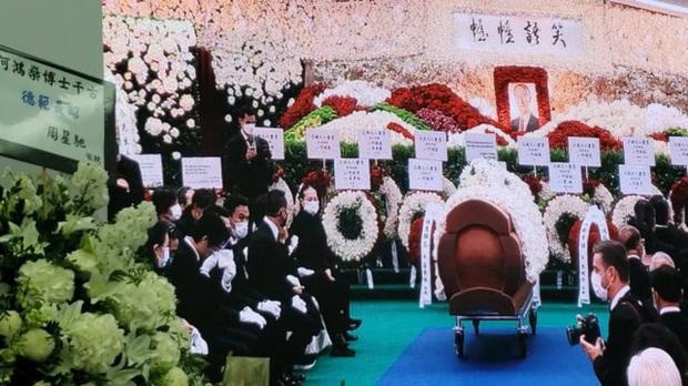 Diễn biến tang lễ trùm sòng bạc Macau: Vợ con khóc nức nở, bà Hai ngã bệnh nặng, ảnh hiếm của đại gia tộc được trình chiếu - Ảnh 14.