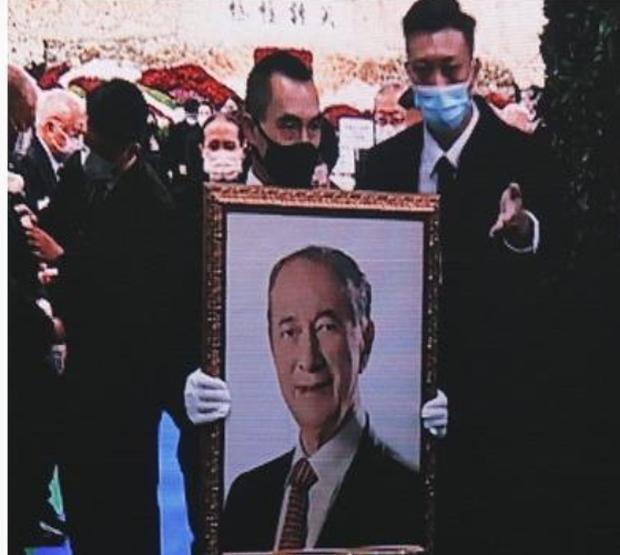 Diễn biến tang lễ trùm sòng bạc Macau: Vợ con khóc nức nở, bà Hai ngã bệnh nặng, ảnh hiếm của đại gia tộc được trình chiếu - Ảnh 16.