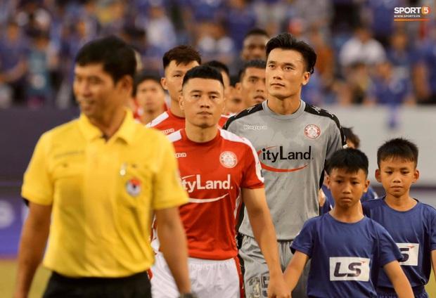 Công Phượng nhận được nụ hôn khi ghi bàn ngay đầu trận Than Quảng Ninh gặp CLB TP Hồ Chí Minh - Ảnh 7.