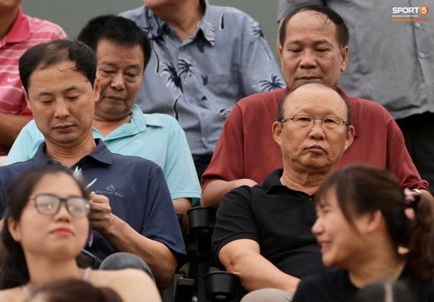 Công Phượng nhận được nụ hôn khi ghi bàn ngay đầu trận Than Quảng Ninh gặp CLB TP Hồ Chí Minh - Ảnh 8.