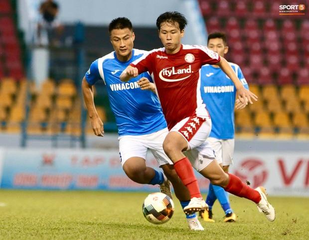 Công Phượng nhận được nụ hôn khi ghi bàn ngay đầu trận Than Quảng Ninh gặp CLB TP Hồ Chí Minh - Ảnh 9.