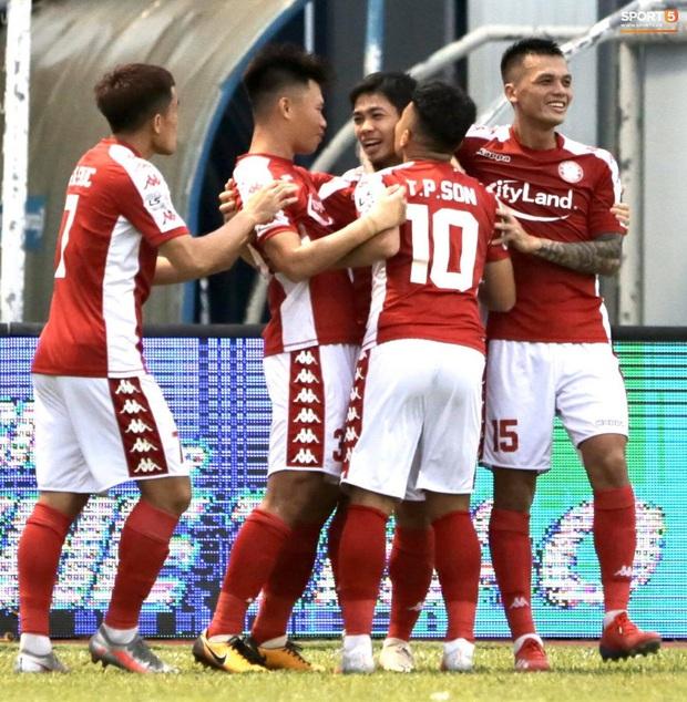Công Phượng nhận được nụ hôn khi ghi bàn ngay đầu trận Than Quảng Ninh gặp CLB TP Hồ Chí Minh - Ảnh 6.
