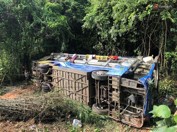 Nóng: Xe khách lao xuống vực ở Kon Tum khiến 6 người chết, hàng chục người bị thương - Ảnh 1.