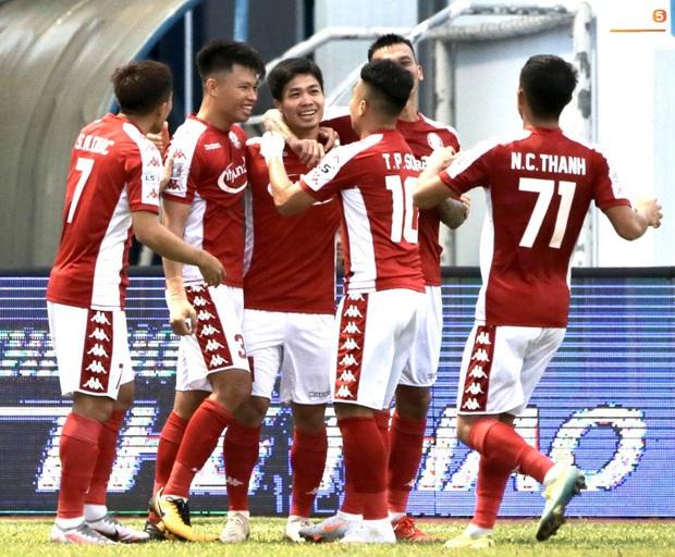 Công Phượng nhận được nụ hôn khi ghi bàn ngay đầu trận Than Quảng Ninh gặp CLB TP Hồ Chí Minh - Ảnh 5.