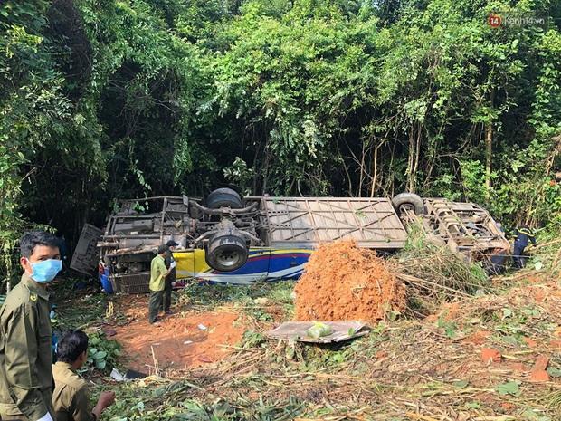 Nóng: Xe khách lao xuống vực ở Kon Tum khiến 6 người chết, hàng chục người bị thương - Ảnh 2.