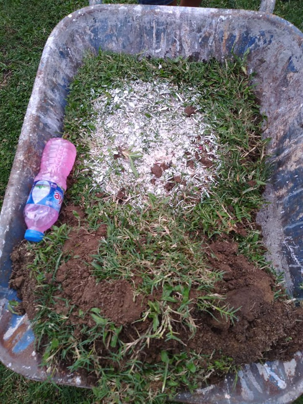Nóng: HLV thủ môn Quảng Nam mang vật thể lạ vào Thiên Trường, CĐV phát hiện rồi đuổi đánh ngay trên sân - Ảnh 1.