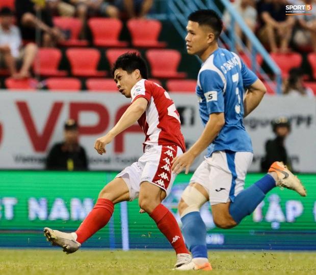 Công Phượng nhận được nụ hôn khi ghi bàn ngay đầu trận Than Quảng Ninh gặp CLB TP Hồ Chí Minh - Ảnh 3.