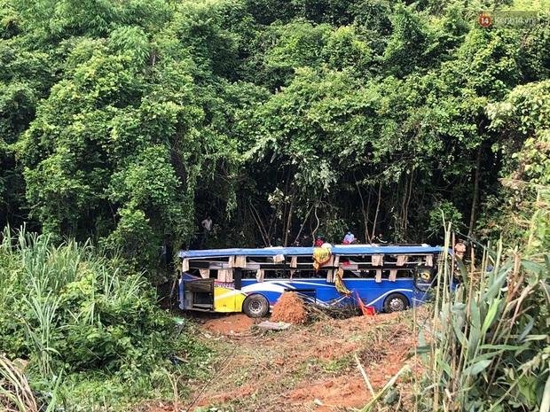 Nóng: Xe khách lao xuống vực ở Kon Tum khiến 6 người chết, hàng chục người bị thương - Ảnh 4.