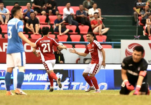 Công Phượng nhận được nụ hôn khi ghi bàn ngay đầu trận Than Quảng Ninh gặp CLB TP Hồ Chí Minh - Ảnh 4.