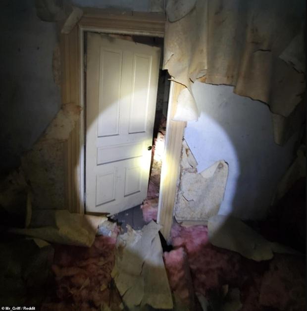 Người đàn ông tình cờ khám phá ra cả một căn hộ bí mật được giấu kín trên gác mái nhà mình mà lâu nay không hề hay biết - Ảnh 1.