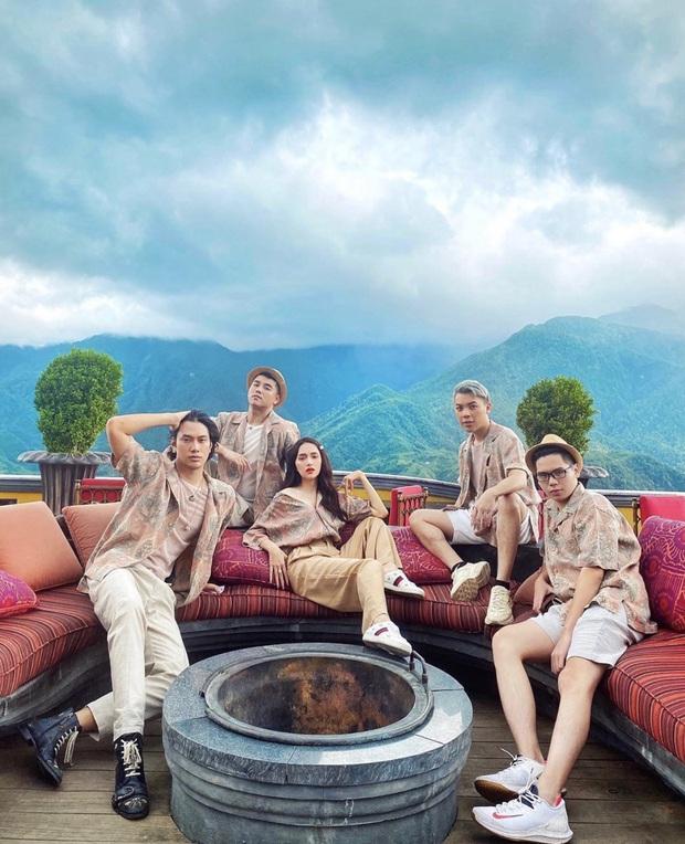 Chọn đồng phục du lịch chất như team Hương Giang: toàn bộ là áo sơ mi nam, ngay cả Hoa hậu cũng tìm cách diện cực đẹp - Ảnh 2.