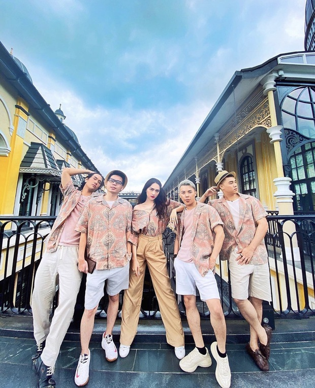 Chọn đồng phục du lịch chất như team Hương Giang: toàn bộ là áo sơ mi nam, ngay cả Hoa hậu cũng tìm cách diện cực đẹp - Ảnh 3.