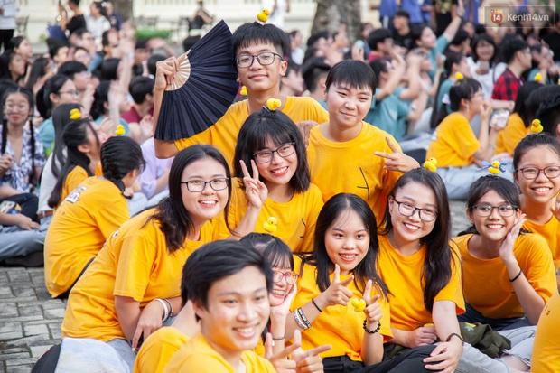 Lễ trưởng thành của ngôi trường được mệnh danh là lò đào tạo sao Việt: Chất lừ và đong đầy cảm xúc - Ảnh 2.