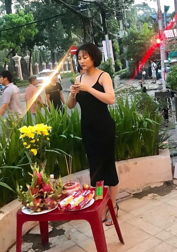 Phi Thanh Vân gây tranh cãi vì mang giày vào khu vực cúng Tổ nghề dù đã có biển nhắc nhở - Ảnh 4.