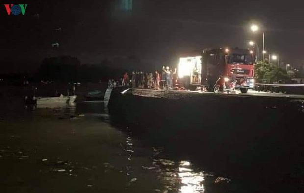 Xe ô tô chở 5 người lao xuống biển, 4 người nguy kịch tại Quảng Ninh - Ảnh 1.