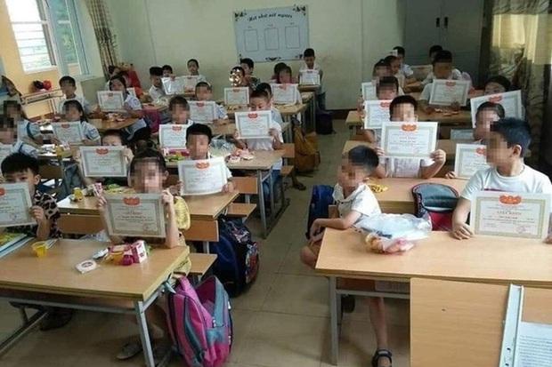 Bộ GD&ĐT lên tiếng về bức ảnh cả lớp nhận giấy khen mình em lạc lõng - Ảnh 1.