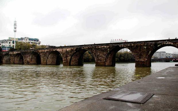 Hàng loạt cây cầu trăm tuổi của Trung Quốc đổ sập trong lũ - Ảnh 1.