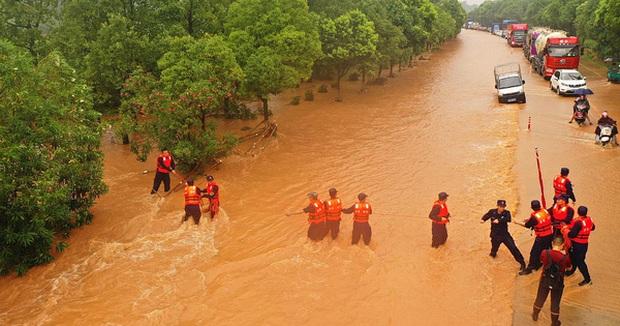 Trung Quốc: Vỡ 14 đê; lũ Trường Giang chảy ngược vào hồ nước ngọt lớn nhất - Đại hồng thủy xuất hiện! - Ảnh 1.
