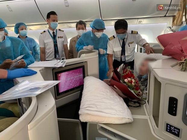 Đồng nghiệp tặng hoa chào tạm biệt phi công người Anh sau hành trình dài về quê hương - Ảnh 1.