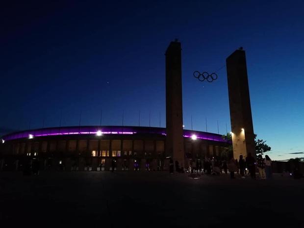 Quá buồn vì BTS không thể diễn vì dịch, SVĐ Olympic Berlin phủ kín toàn bộ các khán đài bằng màu tím đẹp lung linh - Ảnh 3.