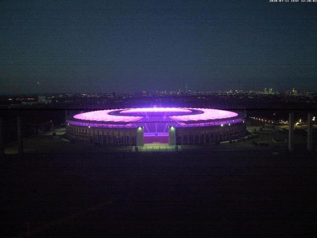 Quá buồn vì BTS không thể diễn vì dịch, SVĐ Olympic Berlin phủ kín toàn bộ các khán đài bằng màu tím đẹp lung linh - Ảnh 4.