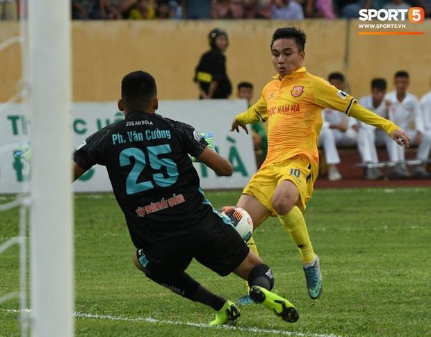 Mệt rũ người sau trận đấu, cầu thủ Quảng Nam vẫn phải đứng chờ vì sợ cổ động viên Nam Định làm loạn - Ảnh 12.