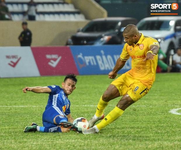 Mệt rũ người sau trận đấu, cầu thủ Quảng Nam vẫn phải đứng chờ vì sợ cổ động viên Nam Định làm loạn - Ảnh 1.